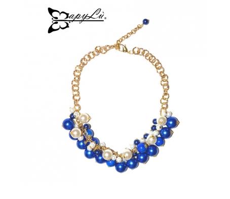MAPYLU'– Collana girocollo, base dorata, con cascata di maxi e mini perle bianche, blu elettrico e marmorizzate.
